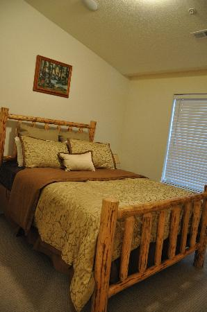 Collins Lake Resort: Guest bedroom w/queen bed & attached bath