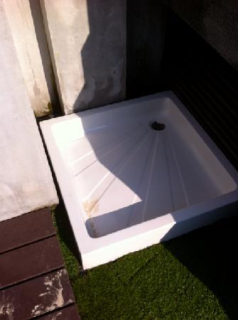 Pao Jin Poon Villas: Bad maintenance outdoor shower
