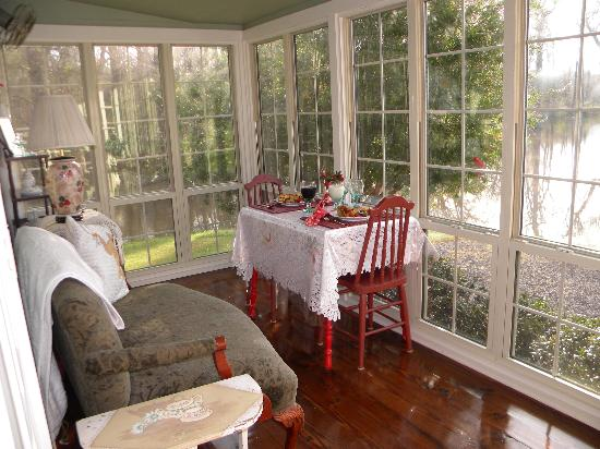 Maison D'Memoire Bed & Breakfast Cottages: Breakfast in the sunroom