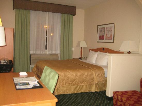 Comfort Inn &amp; Suites: room