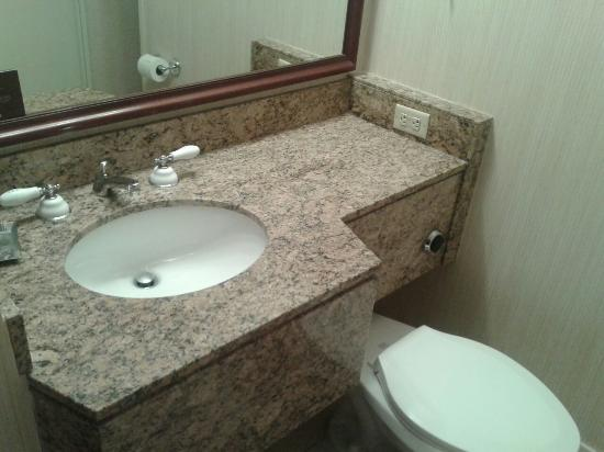 Bathroom picture of omni new haven hotel at yale new for Bathroom configurations