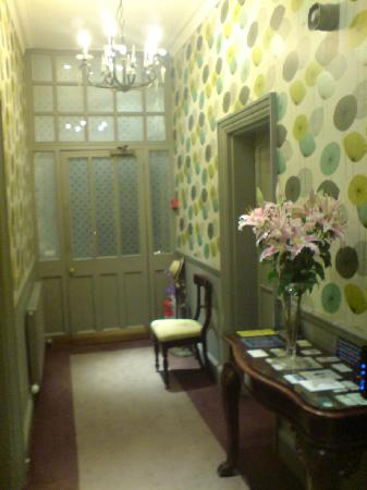 Burlington House Hotel: Pretty hallway, with fresh flowers - very welcoming.