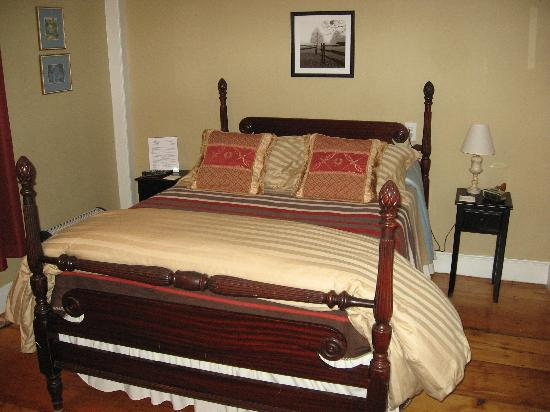 Lily&#39;s at Little Rest - Bed &amp; Breakfast: Second floor guest room...New England