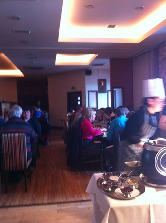 Enniskillen, UK: busy Sunday afternoon diners enjoying the delicious Carvery !