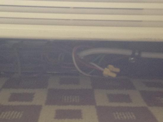 Baymont Inn & Suites Lake Dillon: wires sticking out under the AC