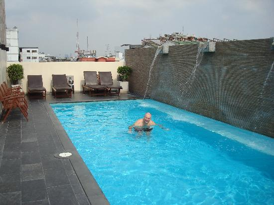 Roof top outdoor pool picture of sleep withinn bangkok for Biggest outdoor pool