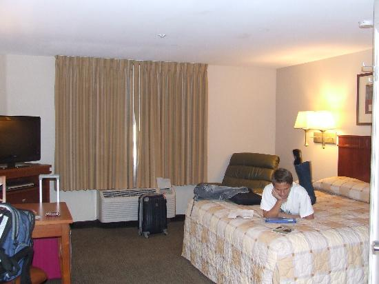 Extended Stay America - Bakersfield - Chester Lane: Nice bedding, Flat T.V. & Comfy Chair