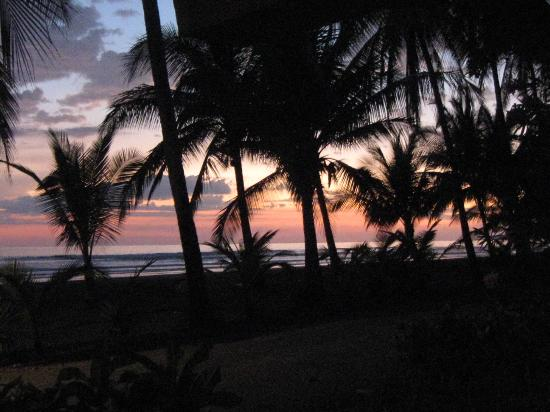 Delfin Beachfront Resort: Gorgeous Sunsets