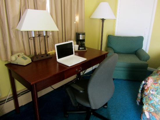 Arrowhead Motel: EVERY ROOM FEATURES A HARDWOOD DESK, COMPUTER CHAIR AND A COMFORTABLE LOUNGE CHAIR