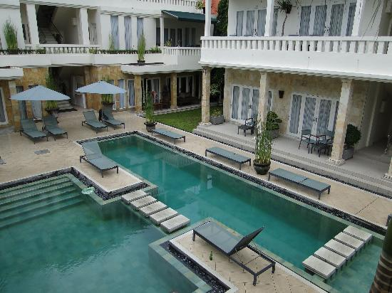 Bali Court Hotel and Apartments: strange pool