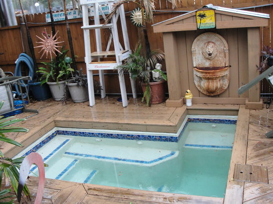 Gram's Place BnB GuestHouses\Hostel and Music: Small hot tub is a fun gathering place.