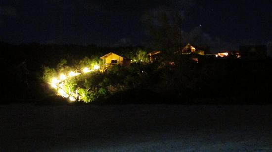 Shannas Cove Resort: Shannas Cove walkway at night