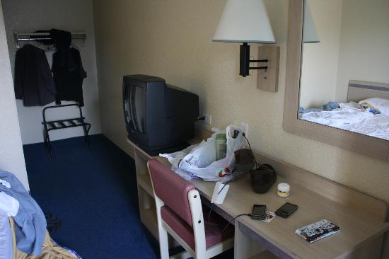 Motel 6 - Ventura Beach: TV, mirror, and desk