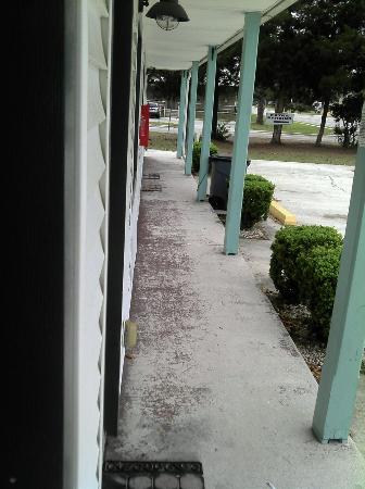 Green Cove Springs Inn: durty outside hall this is a lot different then the pic that was posted