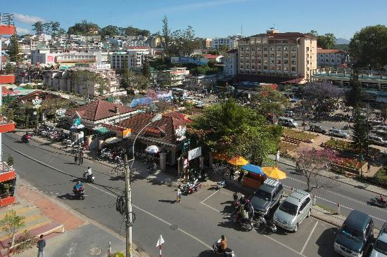 Ngoc Lan Hotel: View from our balcony towards the market.