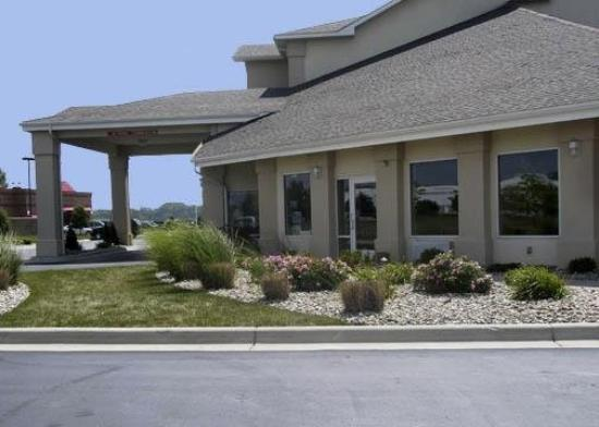 Comfort Inn &amp; Suites Dimondale: Exterior 2