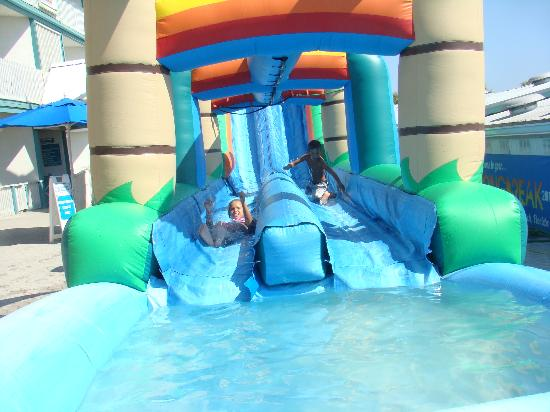 Sandpiper Beacon Beach Resort: Awesome water slide