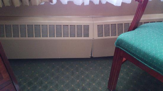 Hotel Senator Saskatoon: broken heater cover
