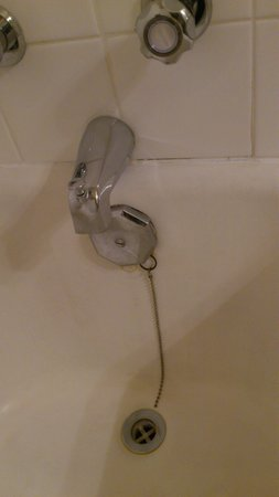 Hotel Senator Saskatoon: old and corroded shower / bath