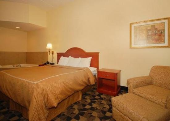 Comfort Suites at Harbison: Suite with whirlpool
