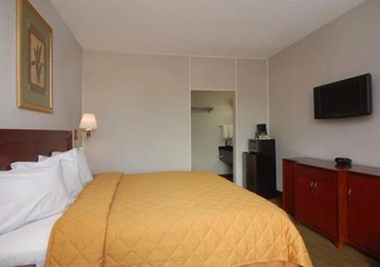 Quality Inn Airport: Guest Room -OpenTravel Alliance - Guest Room-