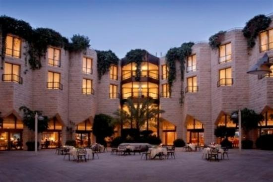 Inbal Jerusalem Hotel: Courtyard At Dusk