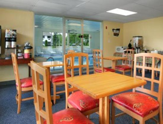 Thunderbird Motel: Breakfast Area