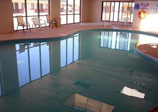 Econo Lodge McPherson: Pool
