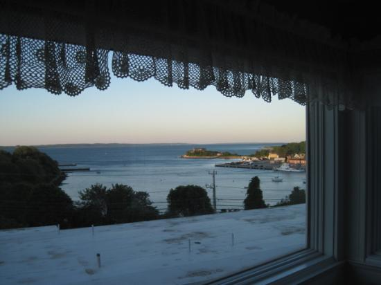 Sands Of Time Motor Inn & Harbor House: Looking out the window in the thrid floor room