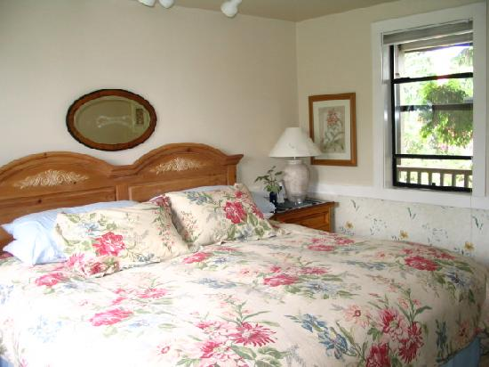 Soundview Cottage B&B: The king-size bed is famously comfortable.