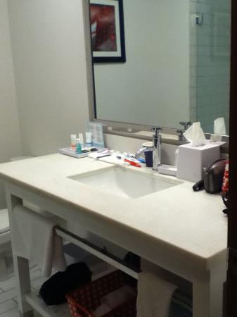Four Points by Sheraton Victoria Gateway: Nice big bathroom with shower