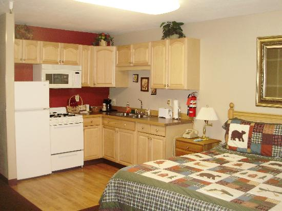 Creekwood Inn: King Suite w/ full kitchen