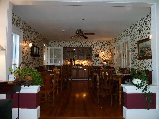 The Cabernet Inn: Intimate dining room