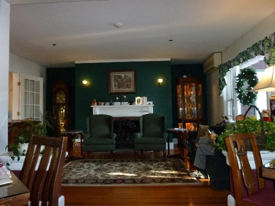 The Cabernet Inn: Sitting room