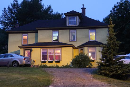 The Maven Gypsy Bed &amp; Breakfast &amp; Cottages : Maven Gypsy by night 
