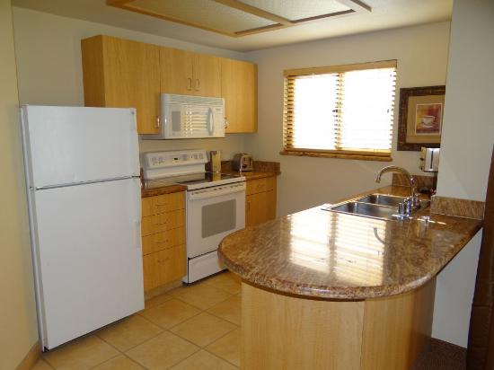 Polo Towers Suites: Kitchen area of 1 bedroom suite