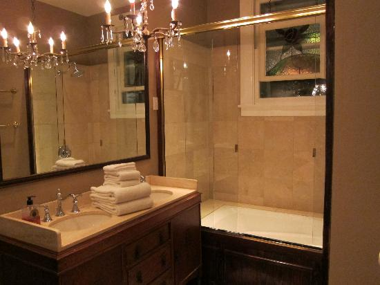 1908 Ayres Inn: the Crockett bathroom
