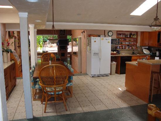 Maui Guest House: Kitchen and Dining