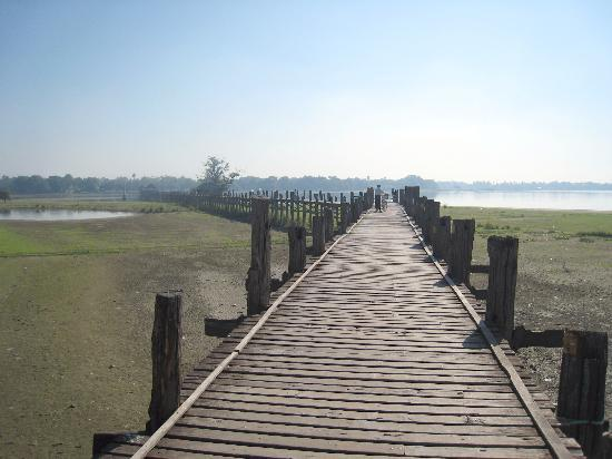 U Bein Bridge: Looking forwards from the rest 'hut' to the opposite end of the bridge