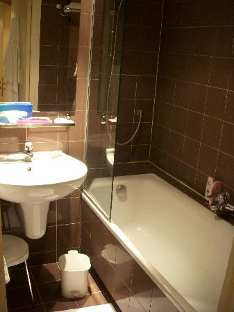 Hotel Choiseul Opera: Bathroom & sink