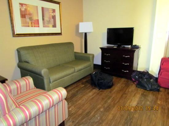 Country Inn & Suites Bowling Green: the living room area