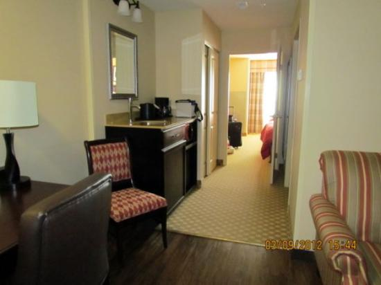 Country Inn & Suites Bowling Green: from the entrance,looking towards the bedroom