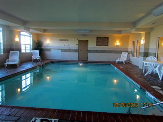 Country Inn & Suites Bowling Green: the pool