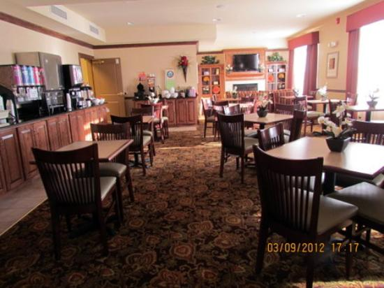 Country Inn & Suites Bowling Green: the breakfast area in the evening
