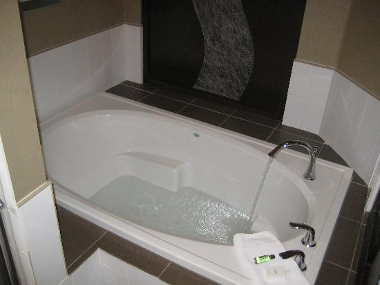Riverwind Hotel: King size soaking tub