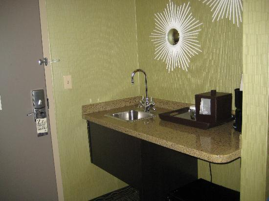 Riverwind Hotel: Kitchenette area with sink, fridge, coffee maker and granite countertop