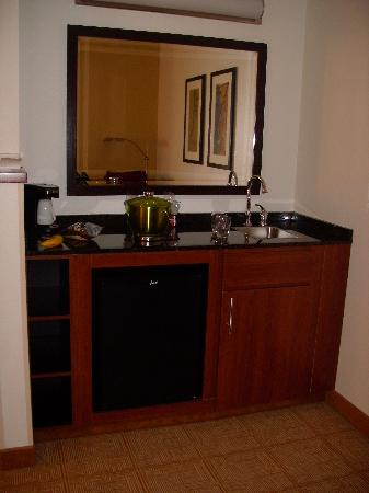 Hyatt Place Kansas City Airport: Kitchenette-no microwave though