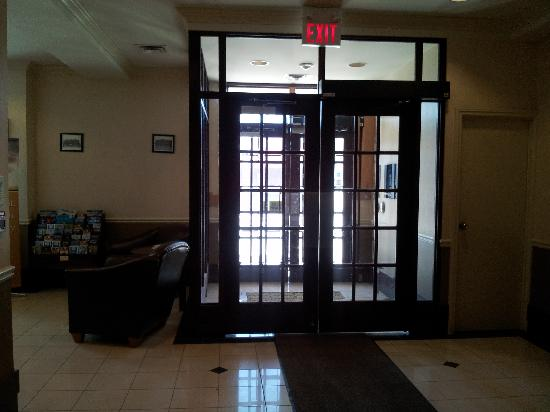 Quality Hotel Champlain Waterfront: Front Door