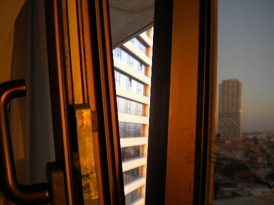 InterContinental David Tel Aviv: The window in my room actually opened!