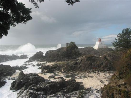 Vista Hermosa: stormy seas by the lighthouse.